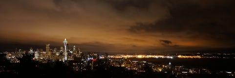 街市西雅图在晚上 免版税库存照片