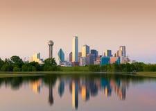 街市达拉斯城,得克萨斯,美国的反射 库存图片