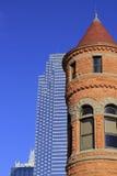 街市达拉斯摩天大楼和h老红色法院大楼博物馆部份看法  库存图片