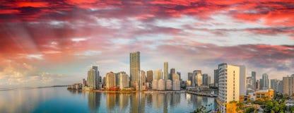 街市迈阿密和Brickell钥匙全景鸟瞰图在sunr的 库存图片