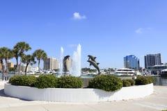 街市近海豚的喷泉 免版税库存照片