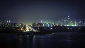 街市迪拜在晚上 免版税库存图片