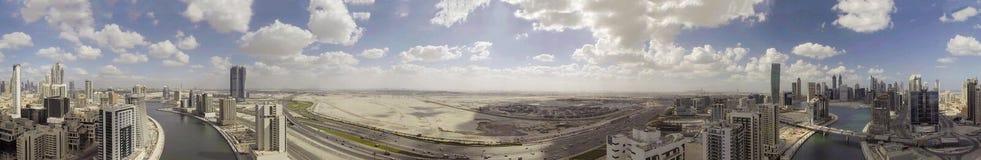 街市迪拜地平线和河,空中全景 免版税库存图片