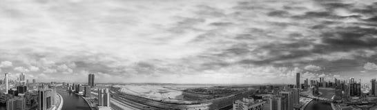 街市迪拜地平线和河,空中全景 库存照片