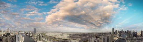 街市迪拜地平线和河,空中全景 免版税库存照片