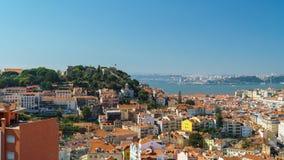 街市里斯本地平线圣地豪尔赫全景和城堡  免版税库存图片