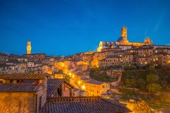 街市锡耶纳地平线在意大利 库存图片