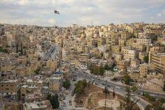 街市阿曼小山的议院有约旦旗子的 免版税库存图片