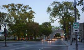 街市魁北克市Porte杜法因呢门傍晚 图库摄影