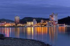 街市Coeur d'Alene,爱达荷在晚上 库存图片