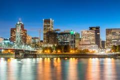 街市Portand和威拉米特河美好的夜视图关于 库存图片