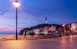 街灯和堤防看法在老海洋镇 免版税库存照片