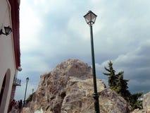 街灯和岩石在斯基亚索斯岛海岛-希腊 图库摄影
