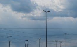 街灯和输电线 库存照片