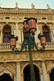 街灯和建筑学在葡萄酒颜色、圣马克& x27; s正方形,威尼斯 免版税库存图片