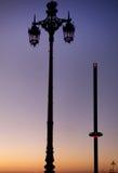 街灯和i360在黄昏,布赖顿,英国 免版税库存照片