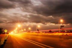 街灯在晚上在有透镜火光的Chiangmai泰国, 免版税库存照片