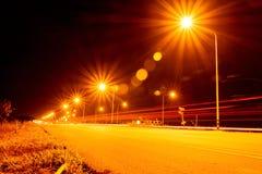 街灯在晚上在有透镜火光的Chiangmai泰国, 库存图片