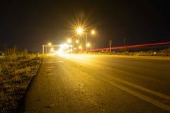 街灯在晚上在有透镜火光的Chiangmai泰国, 免版税库存图片