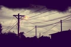 街灯在晚上有风雨如磐的天空背景 库存图片