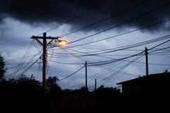 街灯在晚上有风雨如磐的天空背景 库存照片