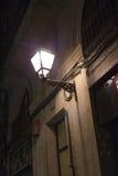 街灯在晚上,巴塞罗那,卡塔龙尼亚打开了 免版税库存照片