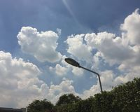 街灯有云彩和蓝天背景 库存照片