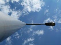 街灯杆和灯具在减少的透视 免版税库存照片