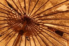 街灯由后照的老纸遮阳伞 免版税库存照片