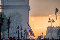街灯的人们在2018年世界杯以后的巴黎 免版税库存照片