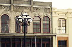 街灯&历史大厦在街市Galveston,得克萨斯 免版税库存图片