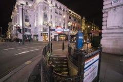 街角和地铁站在皮卡迪利广场伦敦,英国-英国- 2016年2月22日 免版税库存照片