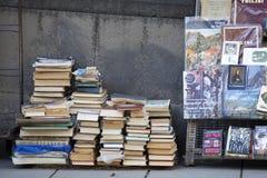 街边小贩出售中间人在各种各样的主题预定 图库摄影