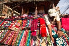 街边小贩在城市的历史的中心, 2013年11月28日在加德满都,尼泊尔 免版税库存照片