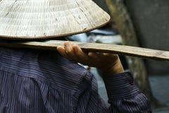 街边小贩的手 免版税库存照片