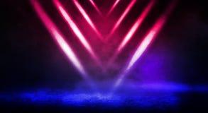 街道、大雾,聚光灯,蓝色和红色氖的黑暗的背景 免版税库存图片