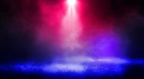 街道、大雾,聚光灯,蓝色和红色氖的黑暗的背景 库存照片