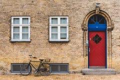 街道、门和自行车在哥本哈根 库存照片