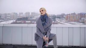 街道一个女孩的照片写真外套的 外套的编目的Photoshoot 背景黑色纵向 设计 影视素材