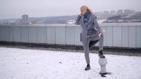 街道一个女孩的照片写真外套的 外套的编目的Photoshoot 背景黑色纵向 设计 股票视频