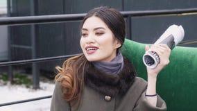 街道一个女孩的照片写真外套的 外套的编目的Photoshoot 背景黑色纵向 设计 股票录像