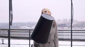 街道一个女孩的照片写真外套的 外套的编目的Photoshoot 背景黑色纵向 股票录像