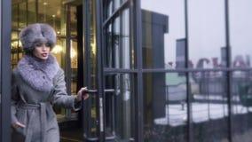 街道一个女孩的照片写真外套的 外套的编目的Photoshoot 背景黑色纵向 股票视频