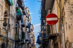 街道不输入标志对西班牙处所在拿坡里 库存照片