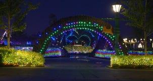 街道与五颜六色的圣诞节LED的节日装饰在新年假日点燃 股票录像