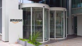 街道与亚马逊的标志板 com商标 编译的现代办公室 社论3D翻译 免版税图库摄影