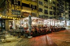 街道与吸烟区的夜酒吧 图库摄影