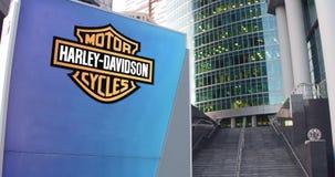 街道与哈利戴维森的标志板,公司 徽标 现代办公室中心摩天大楼和台阶背景 社论 股票录像