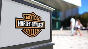 街道与哈利戴维森的标志板,公司 徽标 被弄脏的办公室中心和走的人背景 社论3D 影视素材