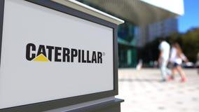 街道与毛虫公司的标志板 徽标 被弄脏的办公室中心和走的人背景 社论3D 股票视频